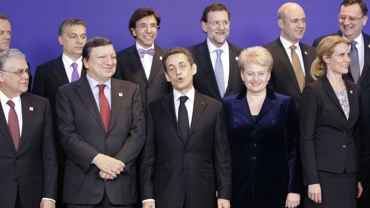 Le président de la République Nicolas Sarkozy entre le président de la Commission européenne Jose Manuel Barroso et la présidente de la Lituanie DaliaGrybauskaite, lors du sommet européen du 30 janvier 2012 à Bruxelles (Belgique). (FRANK AUGSTEIN / AP / SIPA)