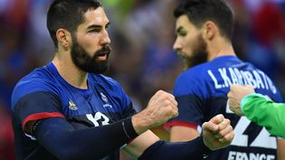 Le demi-centre français Nikola Karabatic vient de marquerun but,lors du match de handball France-Qatar aux Jeux olympiques àRio (Brésil), le 9 août2016. (FRANCK FIFE / AFP)