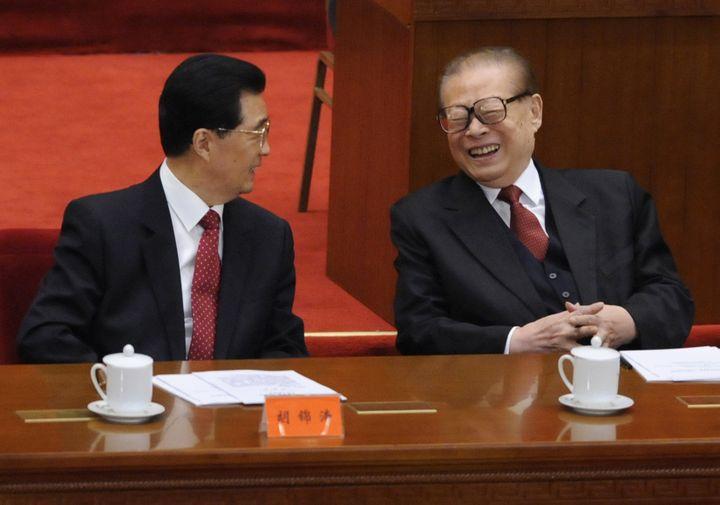 Dix ans après avoir cédé le pouvoir à Hu Jintao (à g.),Jiang Zemin (à dr.) continue de jouer un rôle politique important. (MINORU IWASAKI / REUTERS)