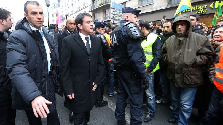 Manuel Valls, ministre de l'Intérieur, le 10 janvier 2013 dans le 10e arrondissement de Paris, où trois activistes kurdes ont été tuées la veille. (THOMAS SAMSON / AFP)