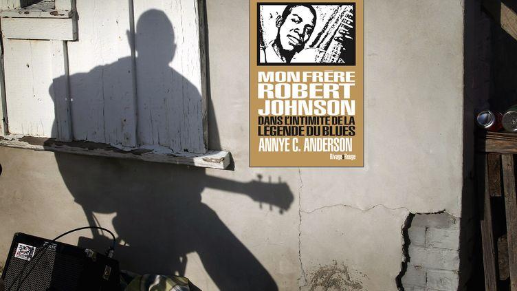 """Un artiste de blues en ombre chinoise dans le Mississipi, avec la couverture du livre """"Mon frère Robert Johnson"""" de Annie C. Anderson paru chez Rivages Rouge en mars 2021. (SCOTT OLSON / GETTY IMAGES NORTH AMERICA)"""