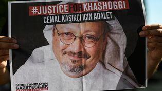 Un poster montrant le visage du journaliste saoudienJamal Khashoggi, tendu par un de ses amis, devant le consulat d'Arabie Saoudite à Istanbul, en octobre 2020. (OZAN KOSE / AFP)
