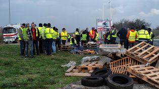 """Des """"gilets jaunes"""" à un point de blocage sur la Nationale 7, le 19 novembre 2018, à Portes-lès-Valence (Drôme). (ROMAIN LAFABREGUE / AFP)"""