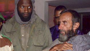 Les ex-otages français enlevés au Niger, Thierry Dol (à gauche) et Daniel Larribe, le 29 octobre 2013 à Niamey (Niger). (HAMA BOUREIMA / AFP)