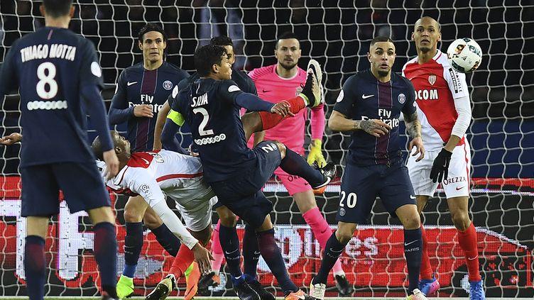 """Les """"onze"""" monégasques et parisiens devraient être assez remodelés pour la finale de la Coupe de la Ligue au Parc OL ce samedi.  (FRANCK FIFE / AFP)"""