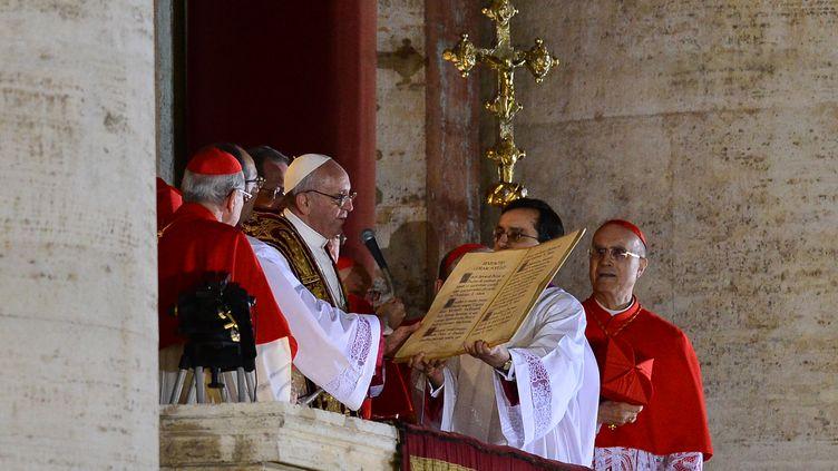 Le pape François Ier, fraîchement élu, s'adresse aux fidèles réunis place Saint-Pierre au Vatican, le 13 mars 2013. (GIUSEPPE CACACE / AFP)