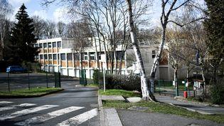 Le collège Pont de Bois, à Saint-Chéron (Essonne), à proximité duquel une adolescente a été mortellement poignardée le 22 février 2021. (STEPHANE DE SAKUTIN / AFP)