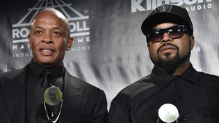 Dr Dre et Ice Cube de N.W.A. introduits au Rock & Roll Hall of Fame lors d'une cérémonie à New York le 8 avril 2016.  (Mike Coppola / Getty Images / AFP)