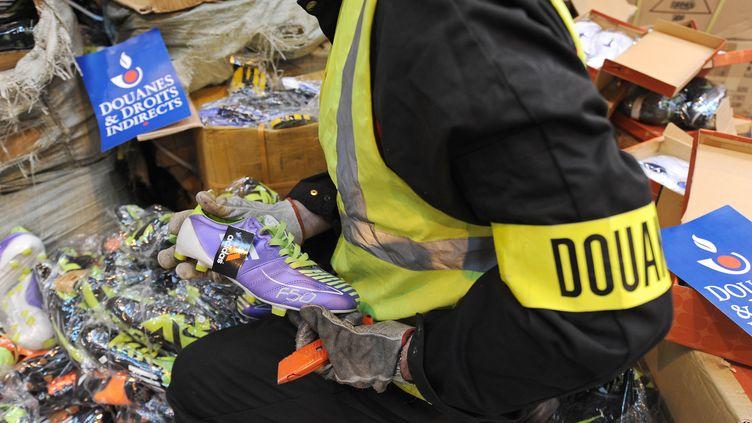 Une saisie de contrefaçons,en décembre 2011 au Havre (photo d'illustration). (JEAN-FRANCOIS MONIER / AFP)