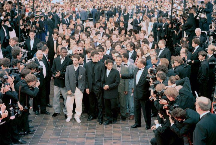 """Toute l'équipe de """"La Haine"""" juste avant de monter les marches du Festival de Cannes le 27 mai 1995. (POOL ARNAL/GARCIA/PICOT / GAMMA-RAPHO / GETTY IMAGES)"""