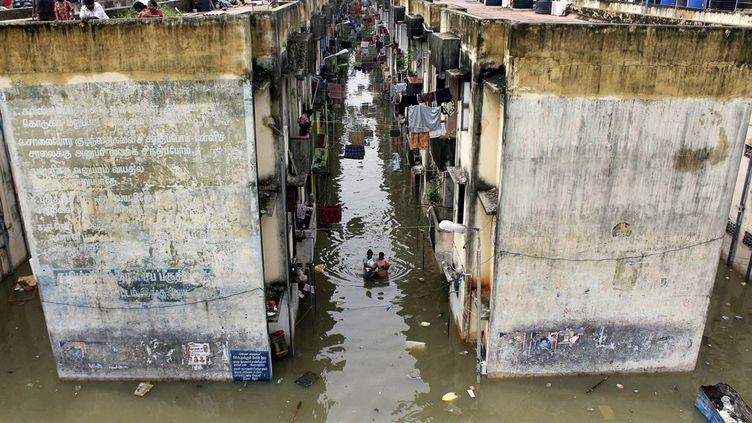 Le mois de novembre 2015 a été particulièrement touché par des inondations meurtrières au sud-est du pays. Alors que des rideaux d'eau continuent d'arroser la région, les observateurs guettent une amélioration qui ne vient pas. «La situation est un peu sombre. Certaines zones urbaines sont complètement inondées», a constaté le 2 décembre 2015 S.P.Selvan, un haut responsable de la force de réaction aux catastrophes naturelles, qui craint l'aggravation des choses si la pluie ne cesse pas. Les services météo semblent lui donner raison en n'annonçant pas d'amélioration avant 72h, dans un Etat où «les plans d'eau sont saturés et n'ont pas la capacité d'(en)absorber plus». (STR/AFP PHOTO)