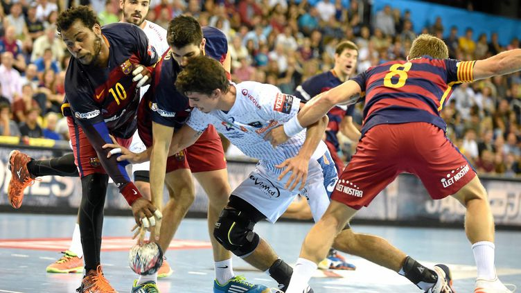Simonet pris en étau par la défense du Barça (BRUNO CAMPELS / MAXPPP)