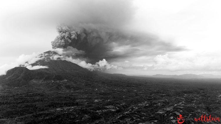 Une colonne de fumée s'échappe du mont Agung, le 26 novembre 2017, à Bali (Indonésie). (ALEX WETTSTEIN / FRANCEINFO)