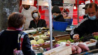 Dans un marché parisien, le 12 mai 2020. (FRANCK FIFE / AFP)