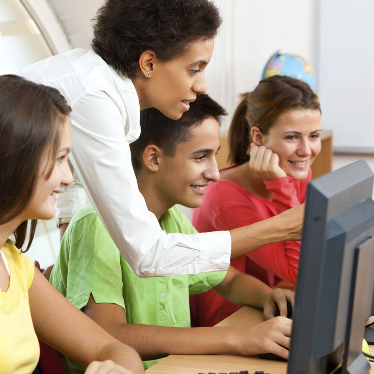 Selon le syndicat Syntec Numérique, 35 000 emplois à forte valeur ajoutée doivent être créés en France dans le numérique d'ici fin 2014. De quoi donner envie aux jeunes de se former au code. (SLOBODAN VASIC / E+ / GETTY)