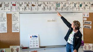 Une enseignante du primaire (photo d'illustration, 2 septembre 2019). (XAVIER LEOTY / AFP)