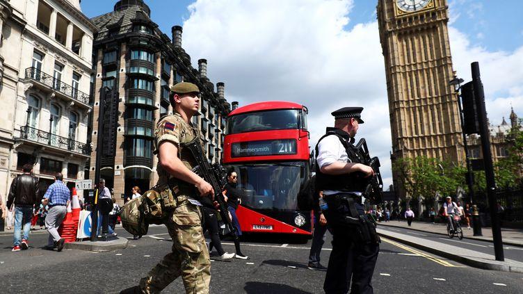 Un soldat et un policier britannique patrouillent dans le centre de Londres, le 24 mai 2017. (NEIL HALL / REUTERS)