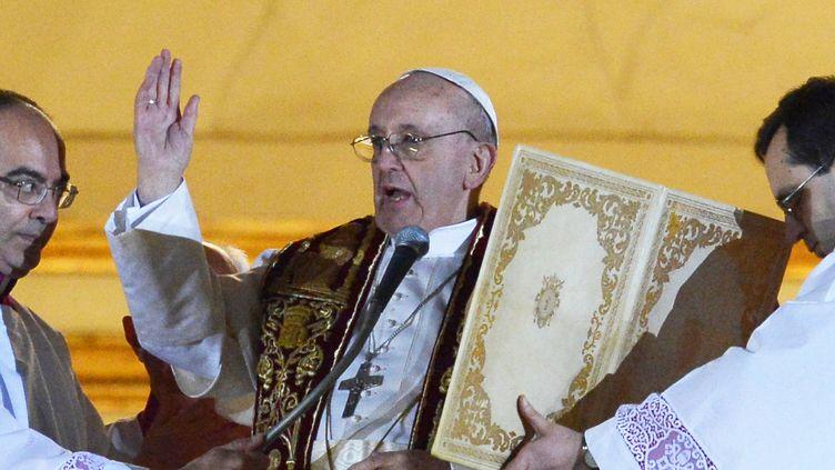 """Après une première prière adressée à son prédécesseur Benoît XVI, François ier a lancé un appel à """"la fraternité"""" au sein de l'Eglise. (VINCENZO PINTO / AFP)"""