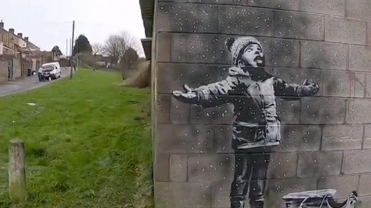 L'artiste anglais dénonce la pollution de l'air dans sa dernière œuvre réalisée au Pays de Galles. (FRANCEINFO)