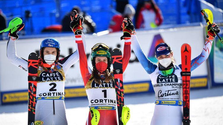 Katharina Liensberger championne du monde de slalom à Cortina d'Ampezzo, devant Petra Vhlova (+1.00) et Mikaela Shiffrin (+1.98).  (ANDREAS SOLARO / AFP)