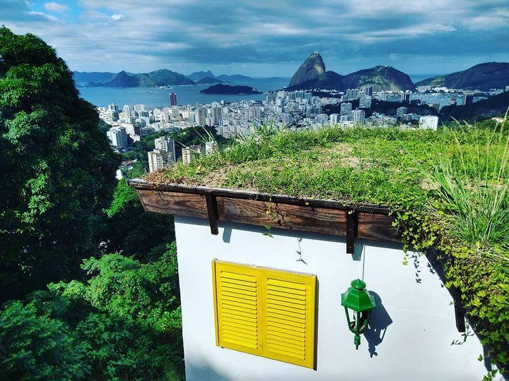Le toit végétalisé de la Casa 48 sur les hauteurs de Rio de Janeiro, avec vue imprenable sur le Pain de sucre (Casa 48)