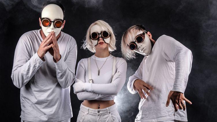 """Le trio de cyborg IA404 venu de Quimper, qui se produit au festival numérique """"Les Trans Musicales s'invitent chez vous"""" vendredi 4 décembre 2020, n'a pas attendu le Covid-19 pour avancer masqué. (LAURENT BOAS)"""