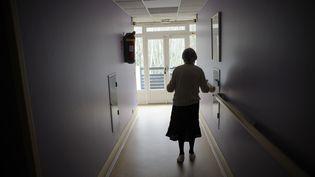 Dans cette photo prise le 18 mars 2011, une femme atteinte de la maladie d'Alzheimer se promène dans un couloir dans une maison de retraite à Angervilliers,Essonne. (SEBASTIEN BOZON / AFP)