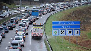 Des automobilistes coincés sur la route des vacances dansles Alpes sur l'autoroute A 43, le 13 février 2016. (JEAN-PIERRE CLATOT / AFP)