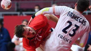 Le NorvégienMagnus Abelvik Rod au contact avec le Français Ludovic Fabregas, lors de France-Norvège le 1er août 2021 aux JO de Tokyo. (FRANCK FIFE / AFP)