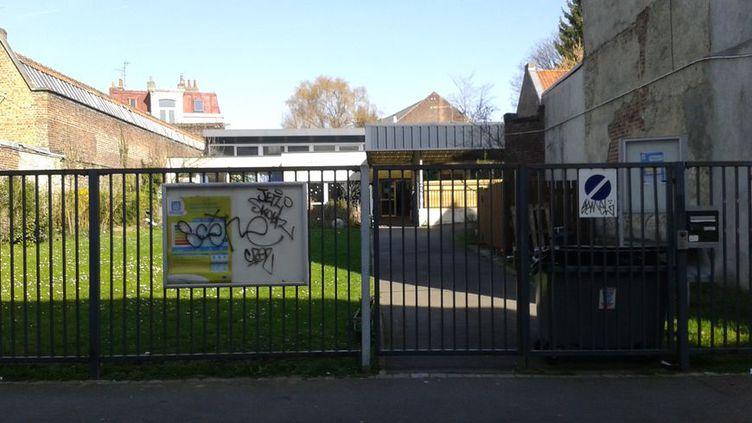 Devant l'école maternelle La Fontaine, dans le quartier Saint Maurice à Lille, lundi 27 mars 2017.  (Clément Lacaton / Radio France)