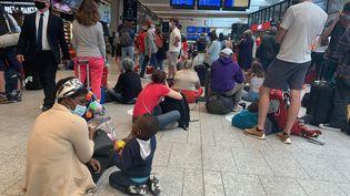 Des passagers patientent en gare de Paris-Montparnasse, le 25 juillet 2021. (MAXPPP)