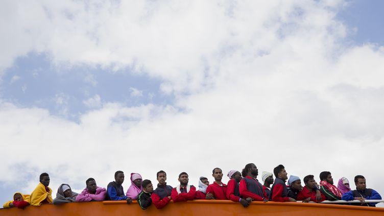 Des migrants secourus en mer Méditerranée arrivent au port de Salerne (Italie), le 26 mai 2017. (ALESSIO PADUANO / ANADOLU AGENCY / AFP)