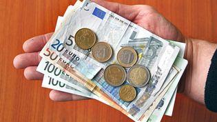 Prestations sociales non revalorisées, report des mesures contre l'exclusion, gel de l'indice des fonctionnaires: Manuel Valls a détaillé mercredi 17 avril le programme de 50 milliards d'économies. (THOMAS RUECKER / FLICKR RF / GETTY IMAGES)
