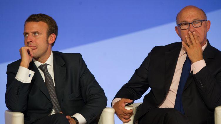 Le ministre de l'Economie, Emmanuel Macron (à g.), et le ministre des Finances, Michel Sapin, lors d'un sommet sur le financement et l'investissement, le 15 septembre 2014, à l'Elysée, à Paris. (SIPA)