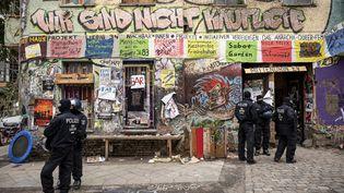 """Des policiers se tiennent à l'entrée de l'immeuble """"Liebig 34"""", après son expulsion,à Berlin (Allemagne), le 9 octobre 2020. (FABIAN SOMMER / DPA / AFP)"""