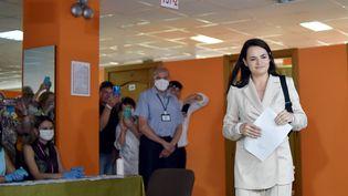 La candidate à la présidence biélorusse SvetlanaTikhanovskaïa dans un bureau de vote à Minsk (Biélorussie), le 9 août 2020. (SERGEI GAPON / AFP)