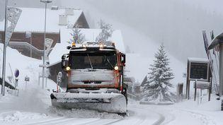 Neige également abondante dans la station de ski alpine des Saisies. Les premières stations ouvrent leur portes dans une semaine, le 28 novembre. (JEAN-PIERRE CLATOT / AFP)