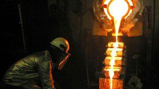 Un ouvrier conduit la fonte d'or dans la mine d'Obuasi au Ghana. (LUC GNAGO / X01459)