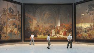 """Trois tableaux de l'""""Epopée slave"""" d'Alfons Mucha, à Prague en 2012  (Michal Cizek / AFP )"""