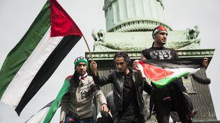 Des militants pro-Palestiniens lors d'un rassemblement place de la Bastille, à Paris, le 13 juillet 2014. (CITIZENSIDE / VALENTINA CAMOZZA / AFP)
