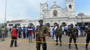 Les forces de sécurité sri-lankaises surveillent l'extérieur de l'église Saint-Anthony. (ISHARA S. KODIKARA / AFP)