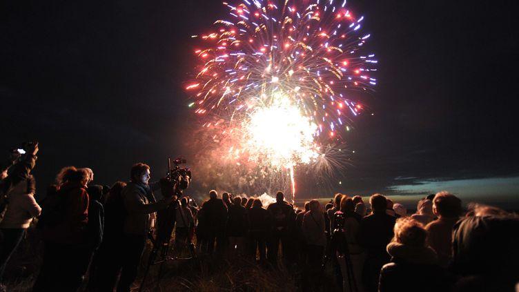 Des feux d'artifice tirés à proximité de Sainte-Marie-du-Mont (Manche), le long des plages du Débarquement, le 5 juin 2014, à l'occasion des commémorations du 70e anniversaire de l'événement. (JEAN-SEBASTIEN EVRARD / AFP)