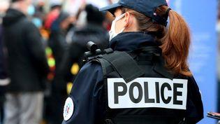 Une policière patrouille à Montbéliard, le 16 janvier 2021. (LIONEL VADAM  / MAXPPP)