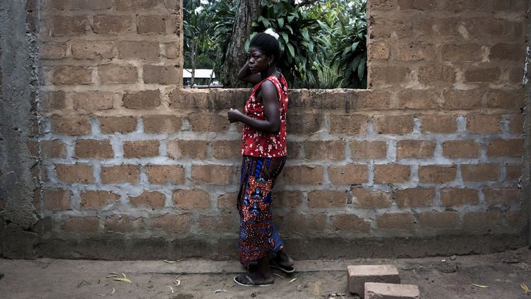 Chef-lieu de la province du Kwilu, Gungu est située à une cinquantaine de kilomètres de la frontière avec la région du Kasaï. C'est l'une des premières villes où les «personnes déplacées à l'intérieur du pays» cherchent refuge pour échapper à des violences qui ont déjà fait plus de 3.000 morts. La rébellion Kamwina Nsapu, anti-Kabila, est accusée par l'ONU de recruter des enfants et de commettre des atrocités sur les civils: décapitations, viols, mutilations, exécutions de femmes et d'enfants... Ce groupe, essentiellement armé de lance-pierres et de bâtons, veut en découdre avec un pouvoir central incarné par Joseph Kabila qui s'accroche au pouvoir, alors que la Constitution l'empêche de briguer un troisième mandat.  (JOHN WESSELS / AFP )