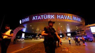 Un policier devant l'entrée de l'aéroport international d'Istanbul, le 29 juin 2016. (MURAD SEZER / REUTERS)