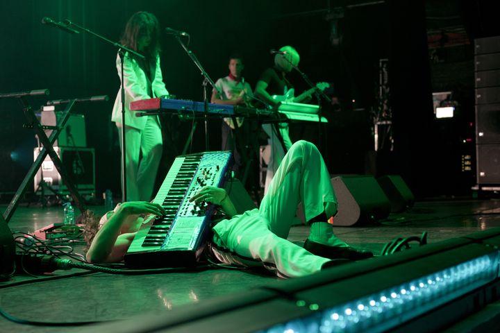 Marlon Magnée sur la scène de l'Olympia lors duFestival des Inrocks, son synthétiseur à la main. (RENAUD MONFOURNY/ INROCKS FESTIVAL)