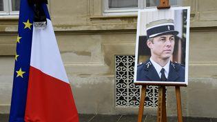 Le portrait d'Arnaud Beltrame, au ministère de l'Intérieur, à Paris, le 28 mars 2018. (BERTRAND GUAY / AFP)