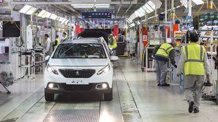 Des salariés du constructeur PSA dans l'usine de Mulhouse, le 9 avril 2019. (SEBASTIEN BOZON / AFP)