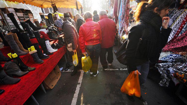 Des personnes font leurs courses sur un marché à Lille (Nord), le 20 novembre 2011. (PHILIPPE HUGUEN / AFP)