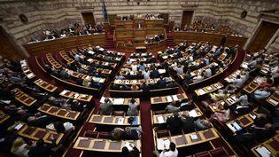 Les députés grecs, réunis dans le Parlement à Athènes, le 15 juillet 2015. (ARIS MESSINIS / AFP)